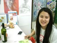 デザインを考え中の学生の笑顔