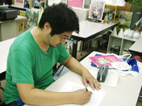 キャラクターイラストを描く学生